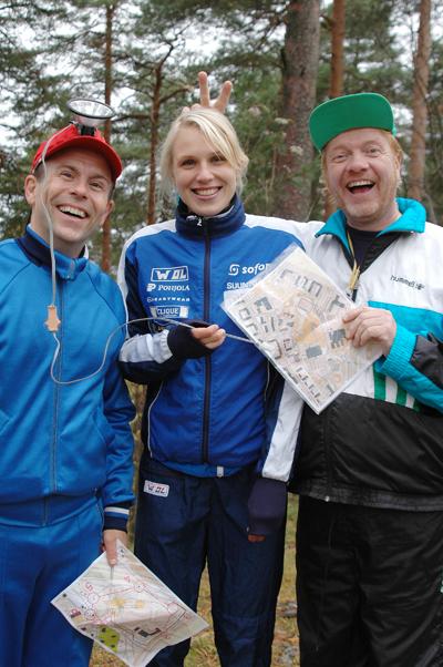 Kuvassa Olé kartalla! opetus-DVD:llä näyttelevät Kummelin Heikki Silvennoinen ja Timo Kahilainen sekä suunnistuksen maailmanmestari Minna Kauppi.